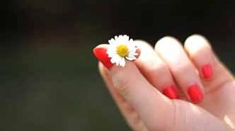 Cómo quitar las uñas postizas con vaselina